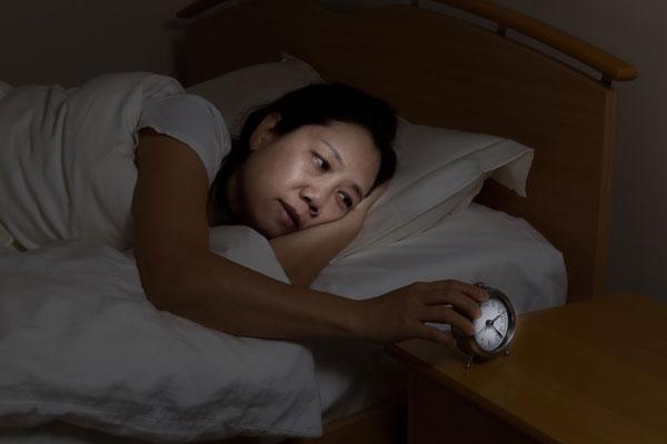 熟睡できない女性
